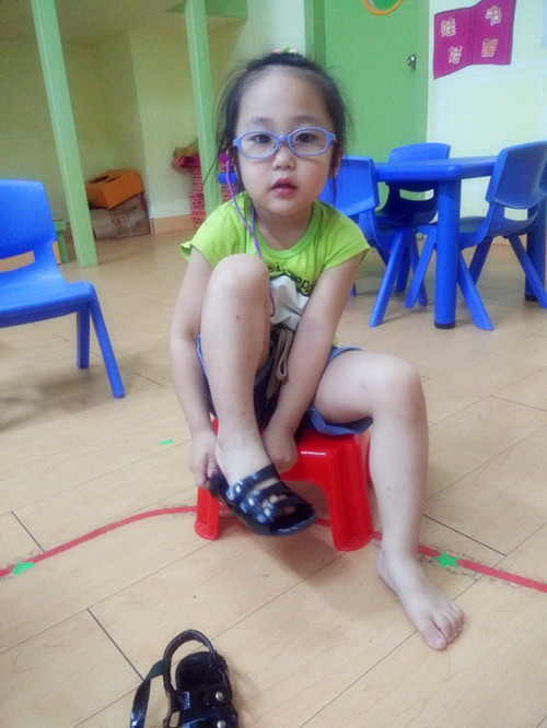《我会自己穿鞋子》_晋江市世纪星幼儿园